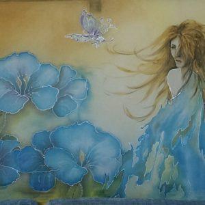 pareo di seta dipinto a mano con motivi di fiori e fata del lago
