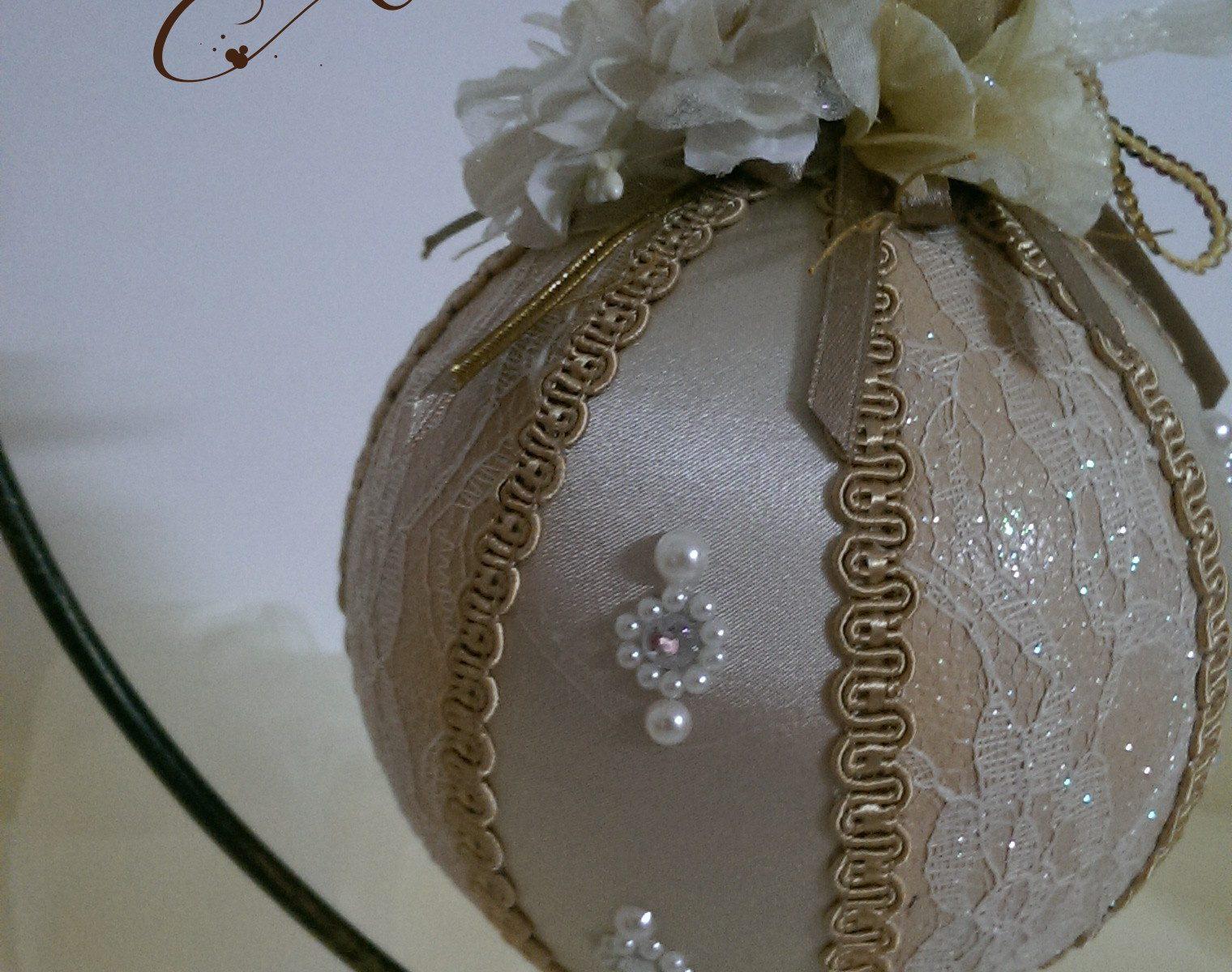 Pallina di Natale fatta a mano, pallina soprammobile decorata con perle epizzo