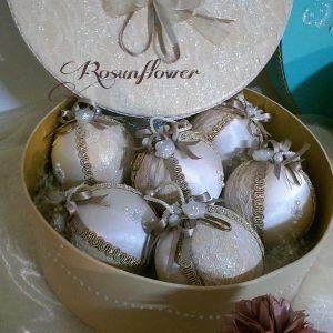 Palline di Natale avorio decorate con seta e perle