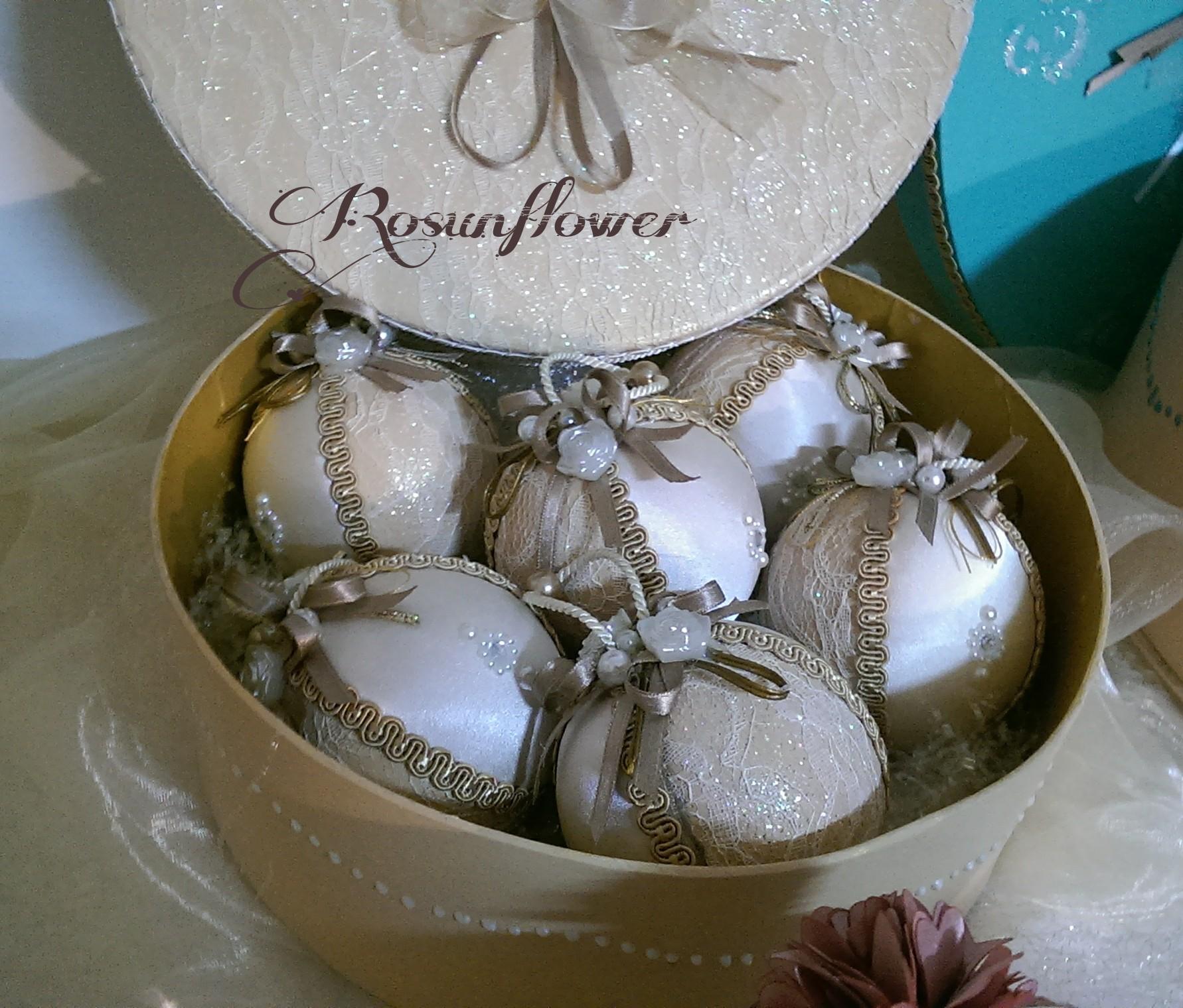 Palline di natale avorio decorate con seta e perle for Creazioni di natale fatte a mano