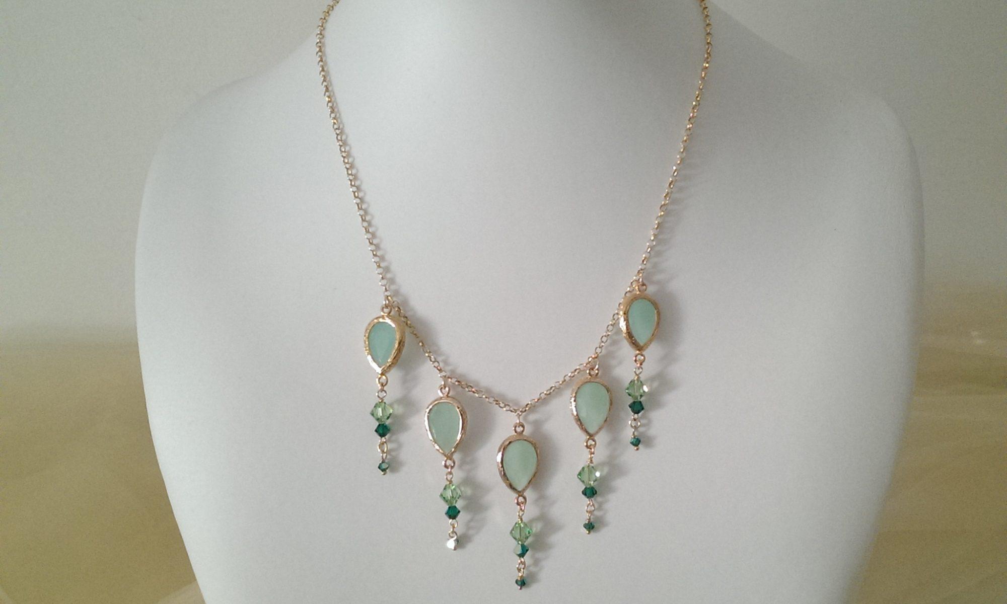 Collana con cristalli verde opaco e con catena oro