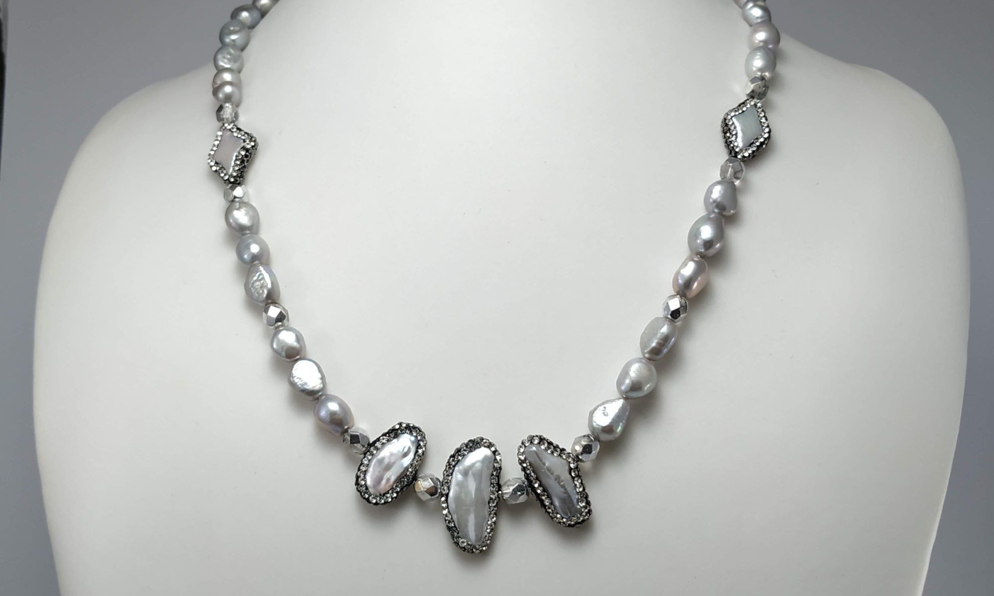 Collana lunga elegante perle barocche di fiume color grigio con distanziatore cristalli e perle con strass.